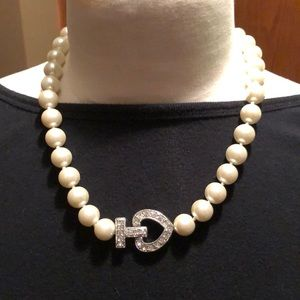 Jewelry - Simulated pearl necklace
